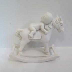 Figur Baby auf Schaukelpferd weiß